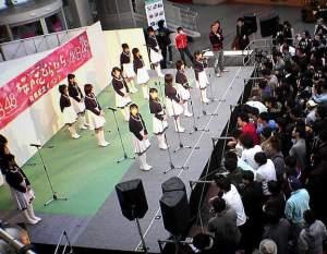 800px-AKB48‐桜の花びらたち