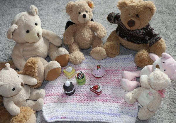 Easy knitting kit for kids - blanket for a teddy