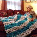 Knitting Tutorial: Finger Knitting The Fluffy Hugs Chunky Blanket