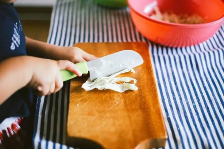 子供と一緒に料理する