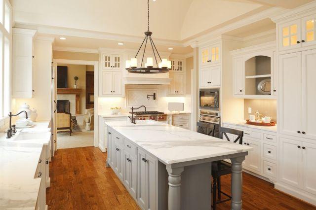 Mutfak, alanın daha iyi kullanımını sağlamak için yeniden yapılandırıldı. Yemek alanına giriş, ortak bir çevre oluşturmak için genişletildi. Bu ışık dolu mutfağı yaratmak için tüm yeni özel dolaplar eklendi. lavabonun iki tarafında yüzen raflar -