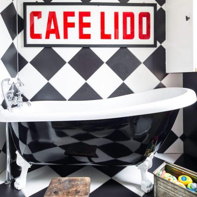 parlak siyah küvetli çarpıcı renkli banyo
