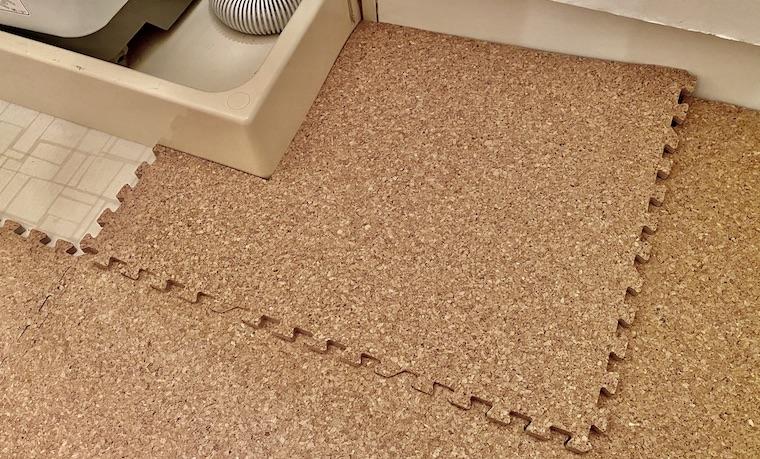 コルクマットの敷き方の画像13。コルクマットを切って、洗面所の適所にはめこんでいます。