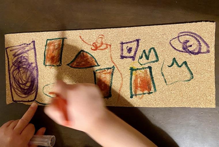 コルクシートに絵を描いている途中。