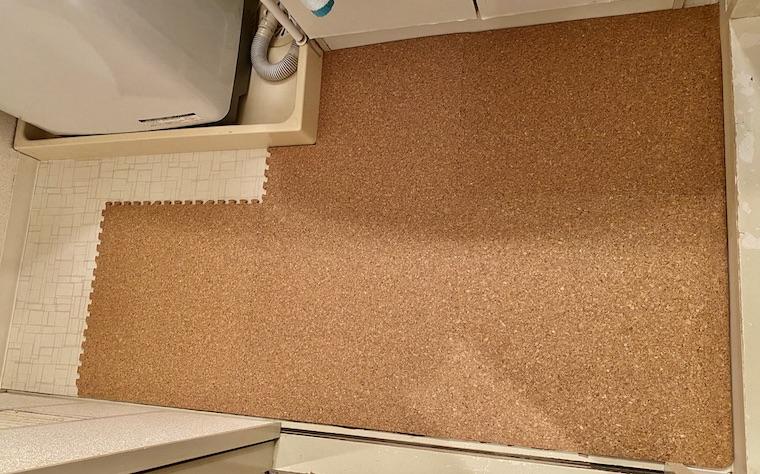 コルクマットの敷き方の画像14。洗面所の床にコルクマットが段々と敷かれています。