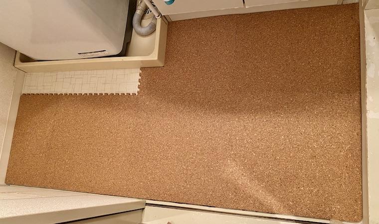 コルクマットの敷き方の画15。洗面所の床にコルクマットを敷く部分が、残りわずかになっています。