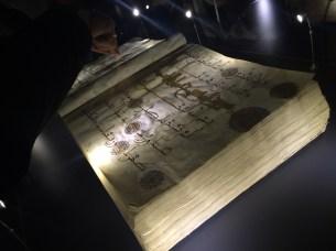 Göründüğü üzere çok kalın ve büyük bir Kur'an. İşlemeleri de aynı düzeyde detaylı görünüyor.