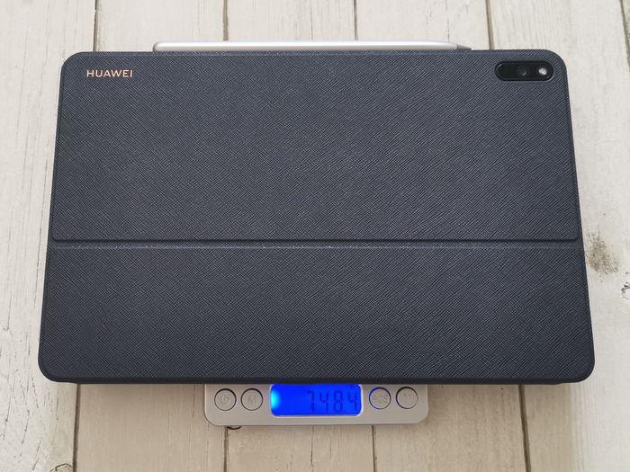 「MatePad Pro」に、「HUAWEI M-Pencil」と「HUAWEI スマートワイヤレスキーボード」を付けた状態で計量