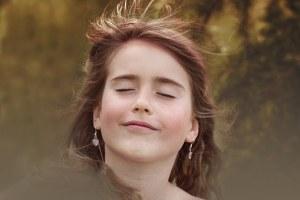 風を受ける少女
