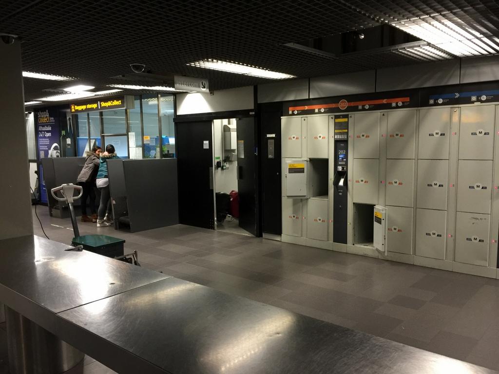 オランダ スキポール空港の大型コインロッカー、荷物預かり所