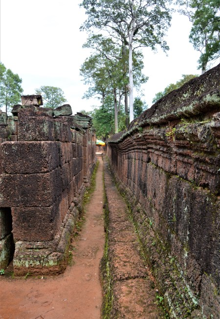 Walls of inner and middle enclosures of the Banteay Srei temple