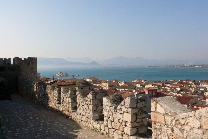Крепостная стена Акронафплиа и вид на город