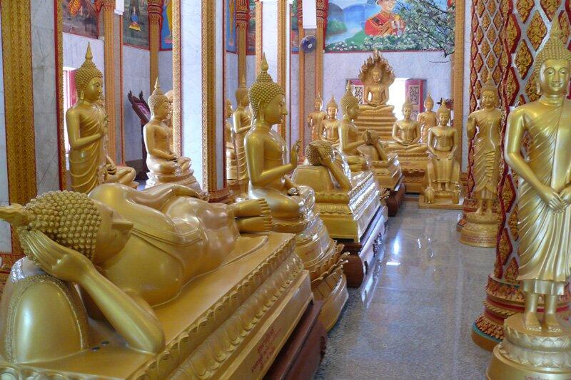 Статуи Будды в храме Ват Чалонг, Пхукет