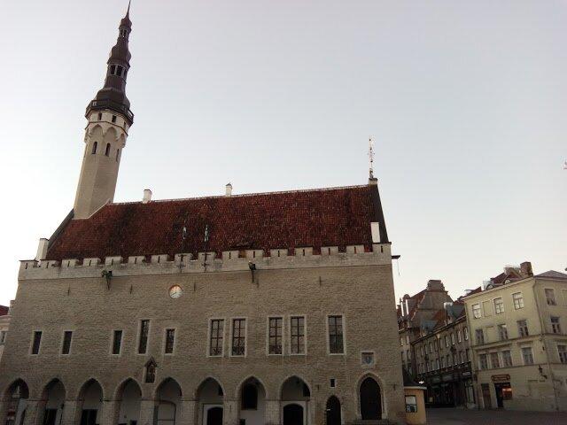 Таллинская ратуша — здание городского управления средневекового Ревеля (c 1919 года Таллин). Ей больше 600 лет.