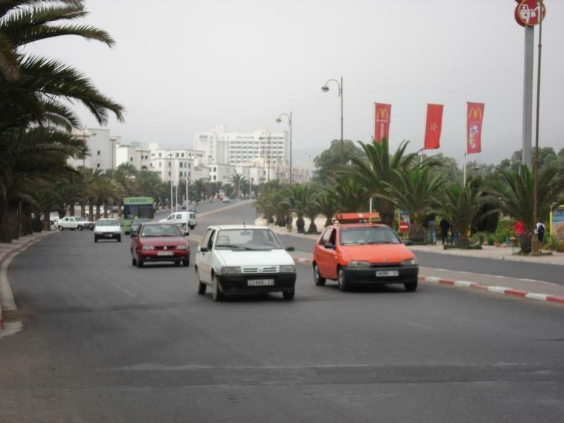 Слева - туристическая часть. а справа - обычный город
