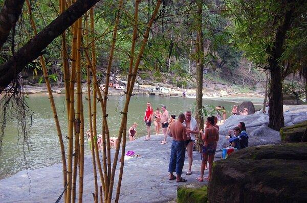 туристы, водопад Янг бей