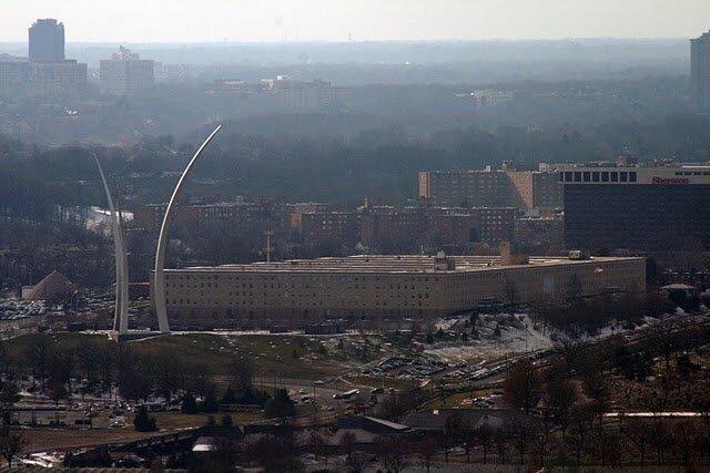 Вид на Пентагон (качество паршивое - стекло было совсем мутное, но хочется показать). Мы мимо него ехали в Посольство, так Шон не сразу поверил, что это Пентагон и есть - здание такое огромное, что если смотреть сбоку, видно только одну его сторону.