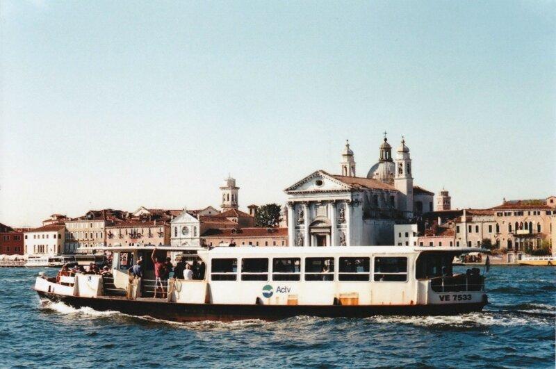 Городской транспорт со стюардами из рекламы Armani, DG и Hugo Boss, у них там свой кастинг.