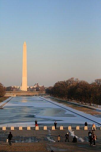Вид на пруд и памятник Вашингтону со ступеней мемориала Линкольна