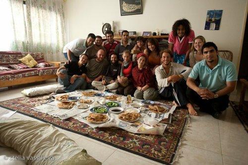 Египетские каучсерферы устраивают бедуинский обед для гостей