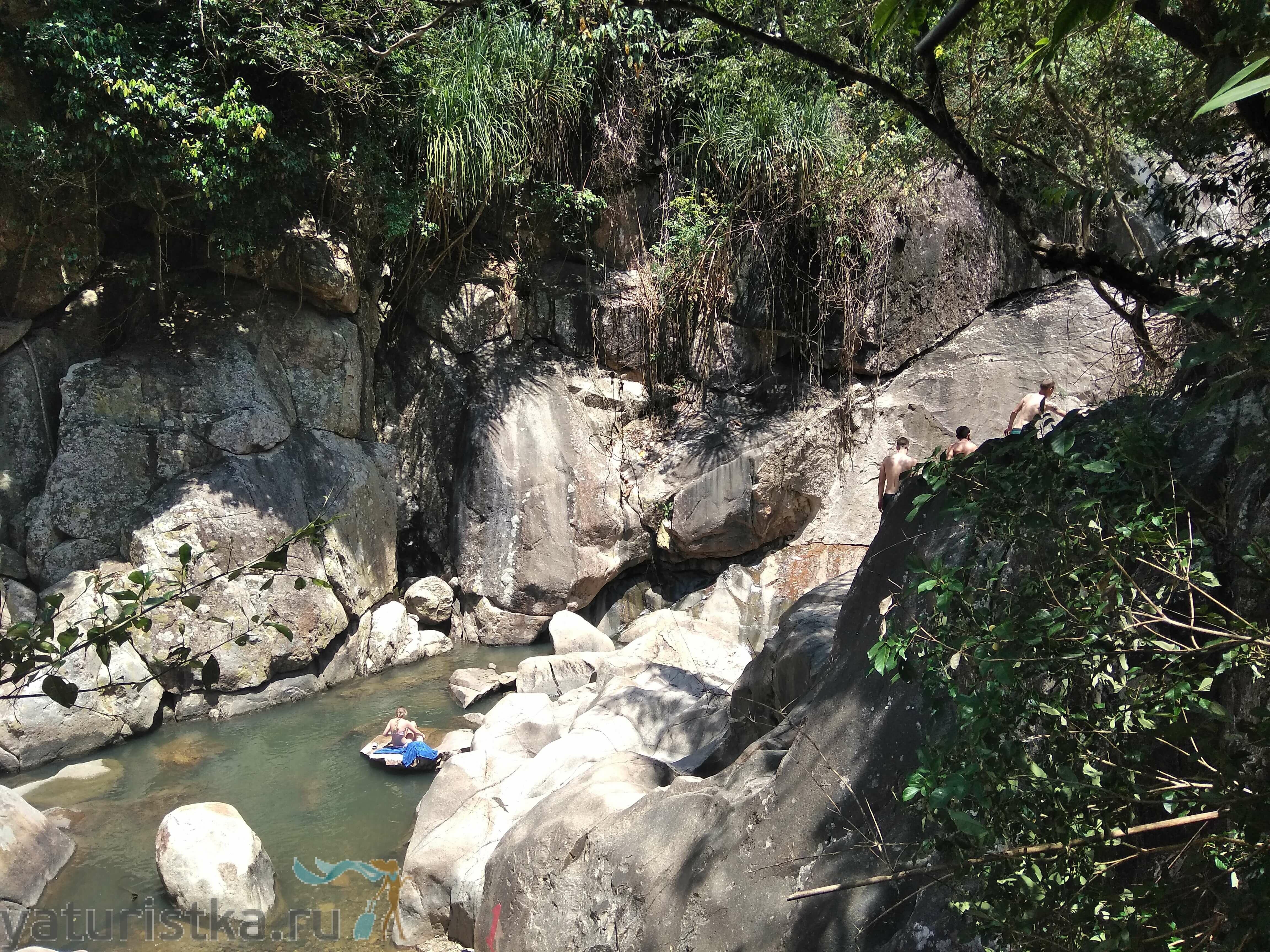 Купание на водопадах Бо Ха во Вьетнаме