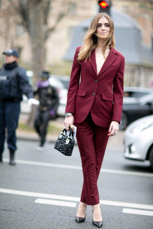 На фото: неформальный деловой стиль - бордовый брючный костюм.