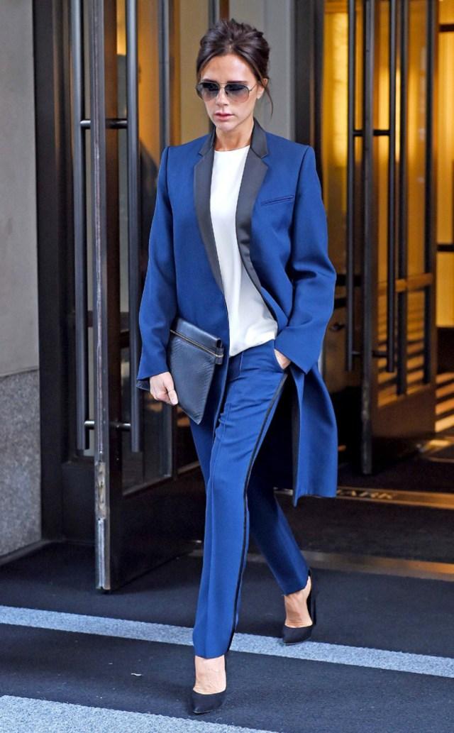 На фото: синий брючный костюм.