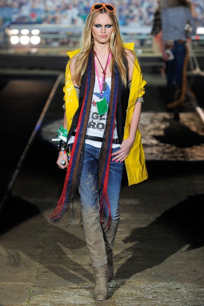 На фото: стиль кэжуал-джинсы с желтой курткой, шарфом и сапогами ботфордами.