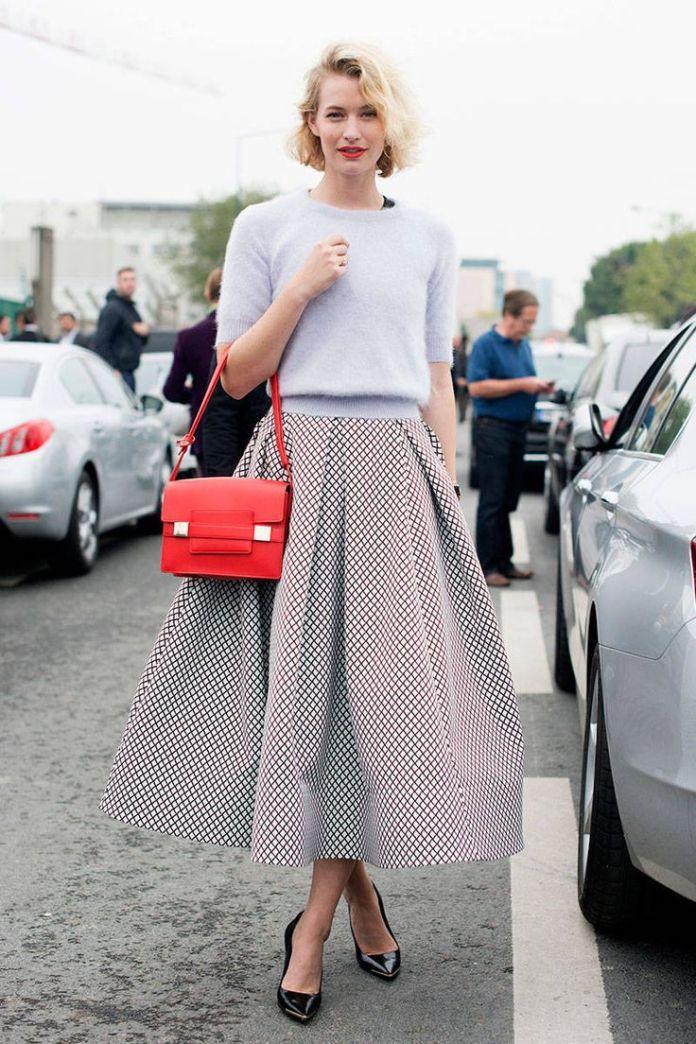 На фото: стиль ретро 50-х годов - расклешённая серая юбка с белой кофтой.