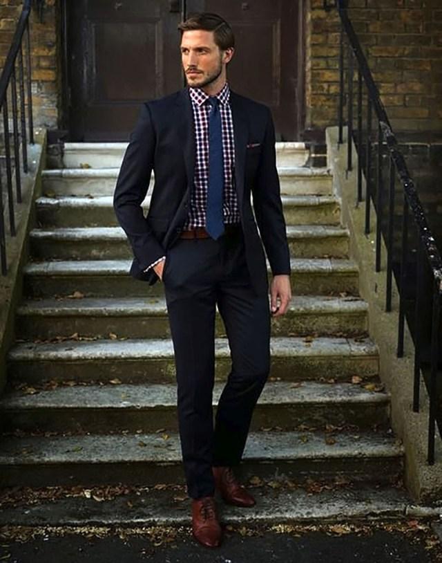 Синий мужской галстук с клетчатой рубашкой