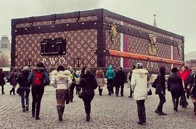 Чемодан Louis Vuitton на Красной площади