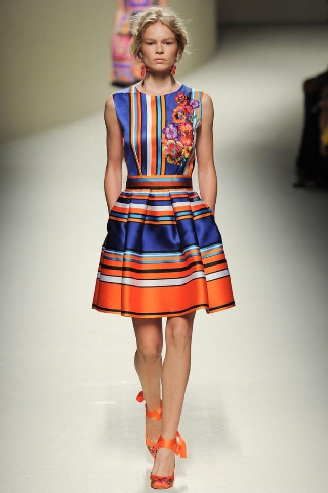 Модное платье в полоску — фото новинка от Alberta Ferretti