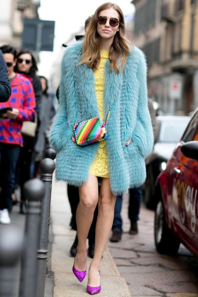 Голубая модная короткая шуба – фото новинка сезона