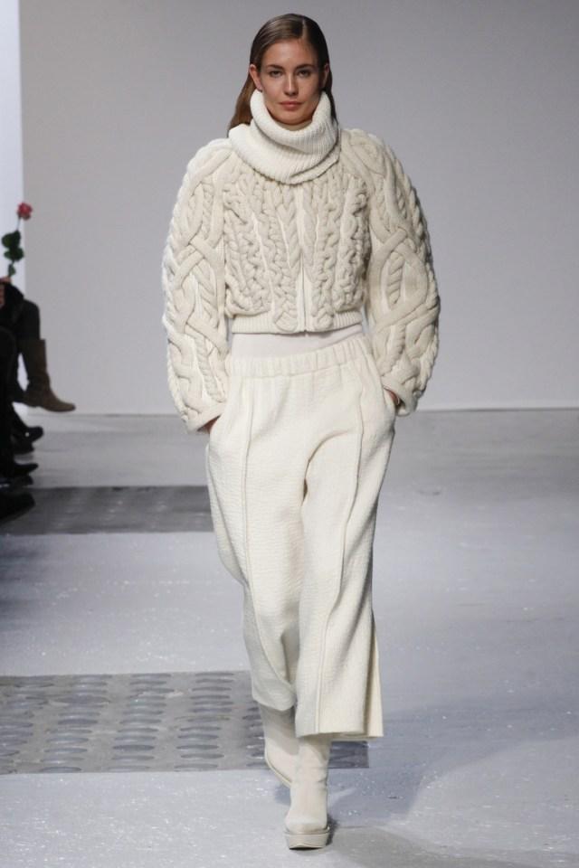 Объемная белая модная кофта 2015 с крупной вязкой и горлом под водолазку – фото новинка от Barbara Bui