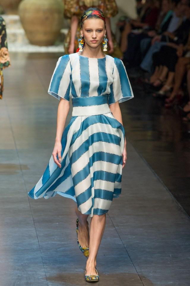 Летнее модное платье в полоску