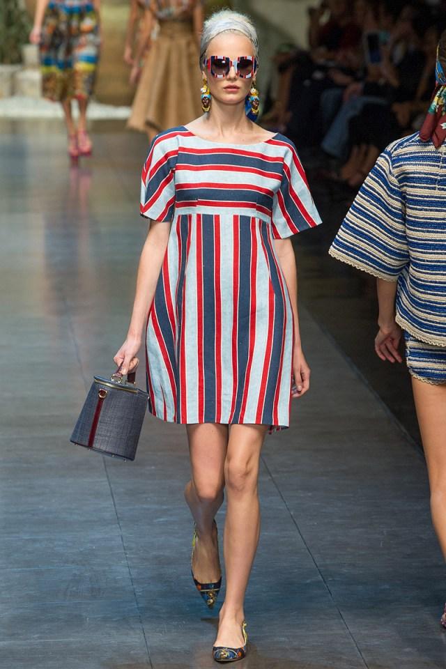 На фото: модное платье в полоску