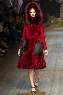 Красная модная шуба с разноцветными карманами – осень-зима 2014-2015 Dolce & Gabbana