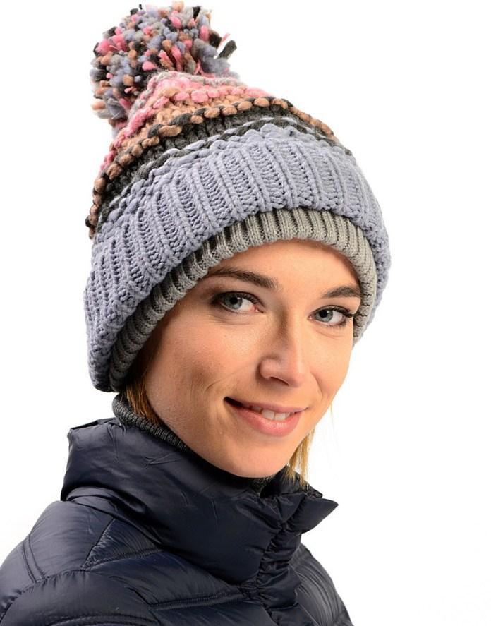 Серая женская вязаная шапка с помпоном