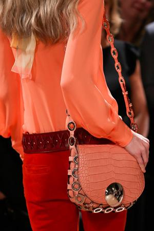 Яркая оранжевая сумка, модная в сезоне весна-лето 2015 – Emilio Pucci