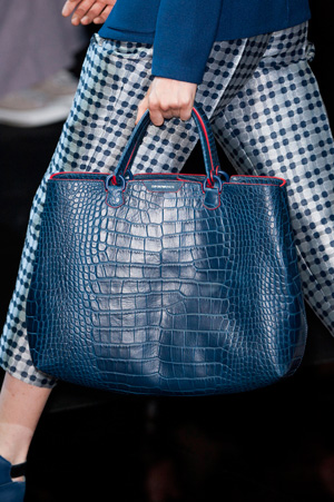 На фото: модная синяя сумка весна лето 2015 от Emporio Armani