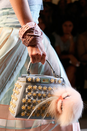 На фото: модная сумка весна лето 2015 от Fendi