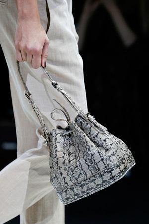 Модная сумка из кожи под рептилию весна лето 2015 от Giorgio Armani