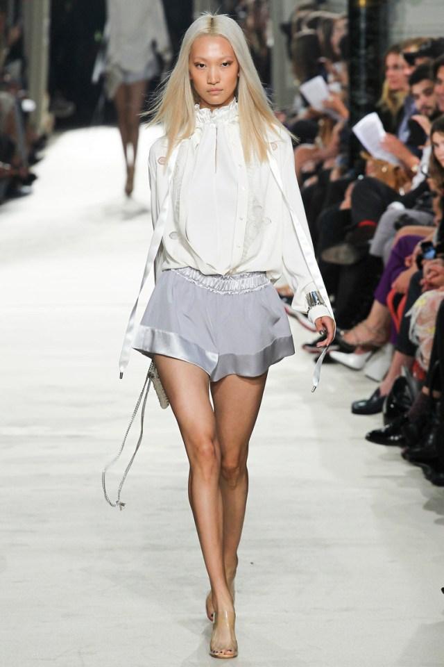Модная блузка весна-лето с серыми короткими шортами — фото новинка от Alexis Mabille