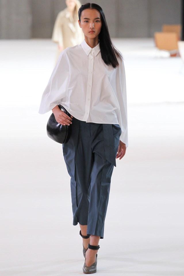 Модная рубашка весна лето с широкими рукавами и расклешенным силуэтом – фото новинка в коллекции Lemaire
