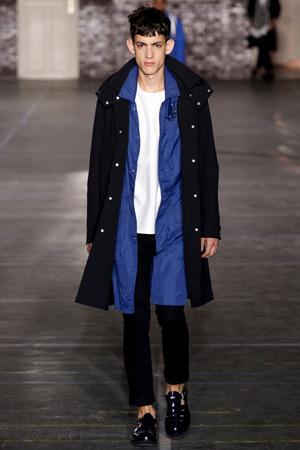 Мужская мода 2015 – укороченные брюки с черным плащом – Ami