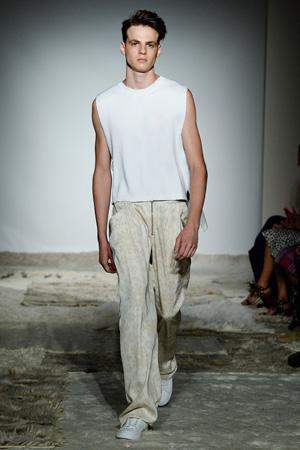 Мужская мода 2015 – модные брюки в пижамном стиле с белой майкой – Baja East