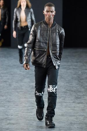 Фото: модная мужская кожаная куртка с черными брюками Hood By Air