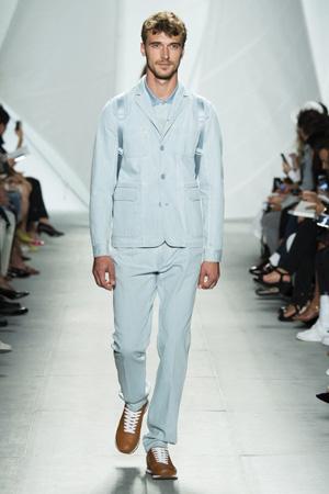 Голубой мужской классический костюм со спортивными ботинками – Lacoste