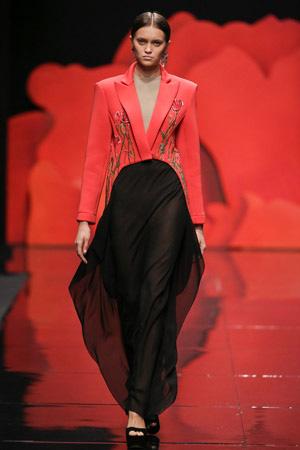 Сочетание красного модного пиджака весна лето 2015 с черным – Alexander Arutyunov