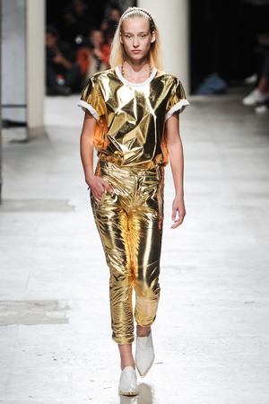 Яркий наряд в коллекции Barbara Bui весна лето 2015 – это золотистый костюм.